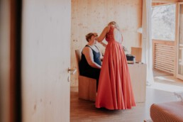 Trauzeugin und Braut am Hochzeitsmorgen bei freier Trauung am Harlachberg fotografiert von Martina Feicht, Fotografin für Hochzeiten in Niederbayern und Österreich