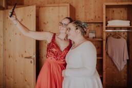 Getting Ready Braut und Trauzeugin bei freier Trauung am Harlachberg fotografiert von Martina Feicht, Fotografin für Hochzeiten in Niederbayern und Österreich