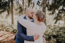 Erster Kuss als Mann und Frau bei freier Trauung am Harlachberg fotografiert von Martina Feicht, Fotografin für Hochzeiten in Niederbayern und Österreich
