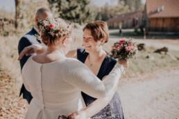 Traurednerin beglückwünscht ihr Paar bei freier Trauung am Harlachberg fotografiert von Martina Feicht, Fotografin für Hochzeiten in Niederbayern und Österreich