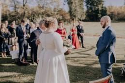 Brautvater, Braut und Bräutigam bei freier Trauung am Harlachberg fotografiert von Martina Feicht, Fotografin für Hochzeiten in Niederbayern und Österreich