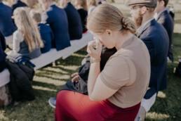 Gerührte Gäste bei freier Trauung auf der Gutsalm am Harlachberg fotografiert von Martina Feicht Fotografie, für Hochzeiten in Niederbayern und Österreich