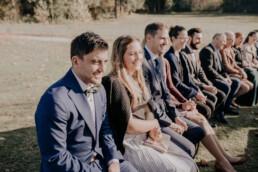 Gäste im Freien bei Trauung auf der Gutsalm am Harlachberg fotografiert von Martina Feicht Fotografie, für Hochzeiten in Niederbayern und Österreich