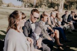 Gäste bei freier Trauung auf der Gutsalm am Harlachberg fotografiert von Martina Feicht Fotografie, für Hochzeiten in Niederbayern und Österreich