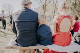 Hochzeitsfeier Gäste bei freier Trauung auf der Gutsalm am Harlachberg fotografiert von Martina Feicht Fotografie, für Hochzeiten in Niederbayern und Österreich