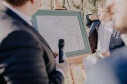 Hochzeitsfeier Detailaufnahme Karte auf der Gutsalm am Harlachberg fotografiert von Martina Feicht Fotografie, für Hochzeiten in Niederbayern und Österreich