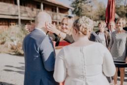 Glückwünsche an den Bräutigäm an der Gutsalm am Harlachberg fotografiert von Martina Feicht Fotografie, für Hochzeiten in Niederbayern und Österreich