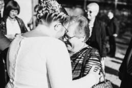 Glückwünsche an die Braut an der Gutsalm am Harlachberg fotografiert von Martina Feicht Fotografie, für Hochzeiten in Niederbayern und Österreich
