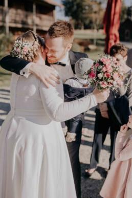 Glückwünsche an die Braut bei freier Trauung Gutsalm Harlachberg fotografiert von Martina Feicht Fotografie, für Hochzeiten in Niederbayern und Österreich