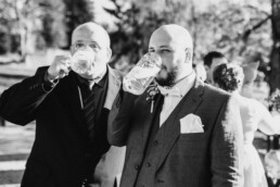 Bräutigam und Bier fotografiert von Martina Feicht Fotografie, für Hochzeiten in Niederbayern und Österreich