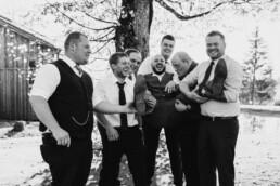 Bräutigam und seine Männer bei Herbsthochzeit mit freier Trauung fotografiert von Martina Feicht Fotografie, für Hochzeiten in Niederbayern und Österreich