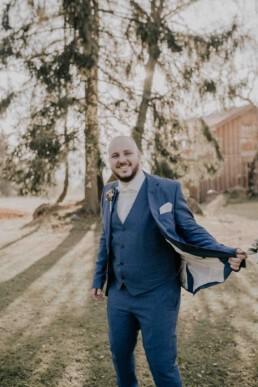 Bräutigam bei Herbsthochzeit mit freier Trauung fotografiert von Martina Feicht Fotografie, für Hochzeiten in Niederbayern und Österreich