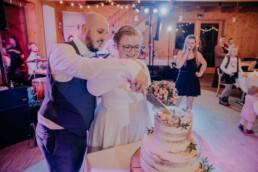 Hochzeitstorte wird angeschnitten fotografiert von Martina Feicht Fotografie, für Hochzeiten in Niederbayern und Österreich