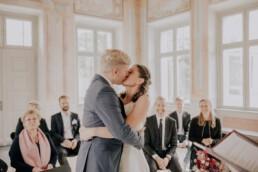 Erster Kuss als Mann und Frau Herbsthochzeit in Niederbayern, fotografiert von Martina Feicht Fotografie, Passau