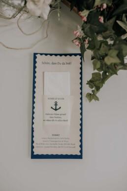 Maritimes Hochzeitsmotto bei Braut und Bräutigam im Standesamt bei Herbsthochzeit in Niederbayern, aufgenommen von Martina Feicht Fotografie, Passau