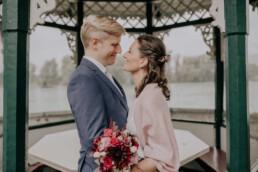 Glückliches Brautpaar bei Hochzeit am Standesamt in Passau, fotografiert von Martina Feicht Fotografie