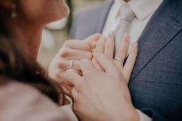 Nahaufnahme Hände von Braut und Bräutigam Hochzeit am Standesamt in Passau, fotografiert von Martina Feicht Fotografie