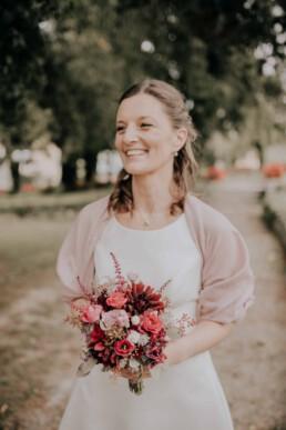 Braut mit Brautstrauß Hochzeit am Standesamt in Passau, fotografiert von Martina Feicht Fotografie