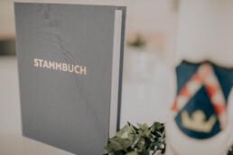 Stammbuch im Standesamt, Braut und Bräutigam im Standesamt bei Herbsthochzeit in Niederbayern, aufgenommen von Martina Feicht Fotografie, Passau