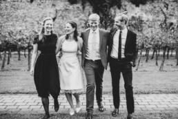 Brautpaar mit Trauzeugen bei Hochzeit am Standesamt in Passau, fotografiert von Martina Feicht Fotografie