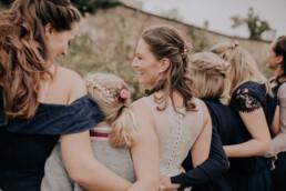 Braut und ihre Mädls bei Hochzeit am Standesamt in Passau, fotografiert von Martina Feicht Fotografie