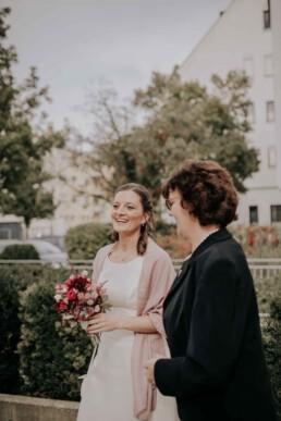 Braut vor dem Standesamt, Braut und Bräutigam im Standesamt bei Herbsthochzeit in Niederbayern, aufgenommen von Martina Feicht Fotografie, Passau