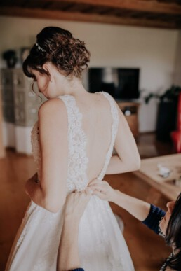Brautkleid anziehen, bei Hochzeit in Freyung, Sommerhochzeit fotografiert von Martina Feicht, für Hochzeiten in Niederbayern und Österreich