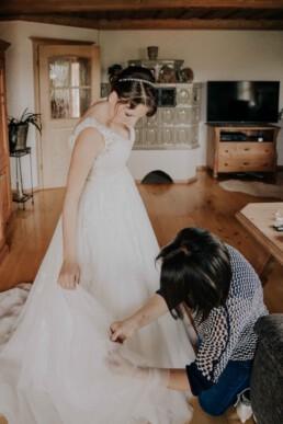 Mutter hilft ihrer Tochter der Braut, bei Hochzeit in Freyung, Sommerhochzeit fotografiert von Martina Feicht, für Hochzeiten in Niederbayern und Österreich