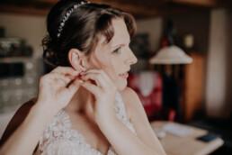 Ohrringe für die Braut, bei Hochzeit in Freyung, Sommerhochzeit fotografiert von Martina Feicht, für Hochzeiten in Niederbayern und Österreich