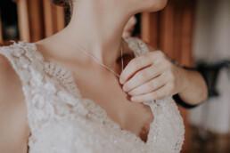 Halskette für die Braut, bei Hochzeit in Freyung, Sommerhochzeit fotografiert von Martina Feicht, für Hochzeiten in Niederbayern und Österreich