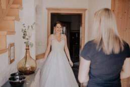 Braut am Hochzeitsmorgen, Zuhause bei Hochzeit in Freyung, Sommerhochzeit fotografiert von Martina Feicht, für Hochzeiten in Niederbayern und Österreich