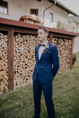Bräutigam wartet gespannt, bei Hochzeit in Freyung, Sommerhochzeit fotografiert von Martina Feicht, für Hochzeiten in Niederbayern und Österreich