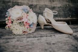 Brautstrauß und Schuhe, Sommerhochzeit fotografiert von Martina Feicht, für Hochzeiten in Niederbayern und Österreich