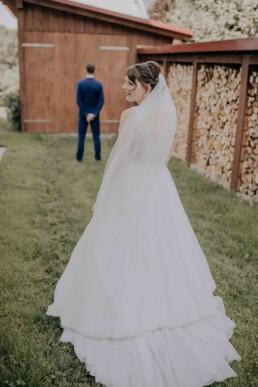 Braut im Kleid, bei Hochzeit in Freyung, Sommerhochzeit fotografiert von Martina Feicht, für Hochzeiten in Niederbayern und Österreich