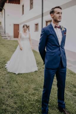 First Look bei Hochzeit in Freyung, Sommerhochzeit fotografiert von Martina Feicht, für Hochzeiten in Niederbayern und Österreich