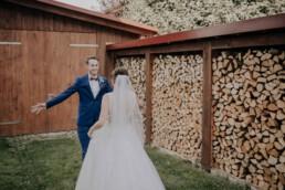 Paarfotos im Brautkleid bei Hochzeit in Freyung, Sommerhochzeit fotografiert von Martina Feicht, für Hochzeiten in Niederbayern und Österreich