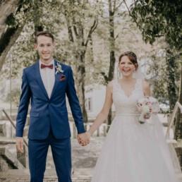 Glückliches Brautpaar nach der Trauung, bei Sommerhochzeit in Freyung, fotografiert von Martina Feicht, Hochzeitsfotografin