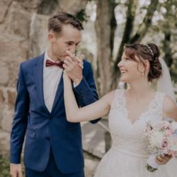 Handkuss, bei Sommerhochzeit in Freyung, fotografiert von Martina Feicht, Hochzeitsfotografin