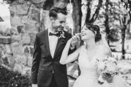 Verliebtes Brautpaar Shooting bei Sommerhochzeit in Freyung, fotografiert von Martina Feicht, Hochzeitsfotografin
