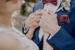 Nahaufnahme Hände bei Sommerhochzeit in Freyung, fotografiert von Martina Feicht, Hochzeitsfotografin