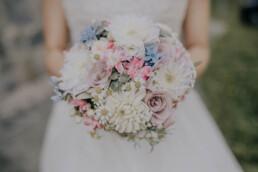 Brautstrauß in Pastellfarben, bei Sommerhochzeit in Freyung, fotografiert von Martina Feicht, Hochzeitsfotografin