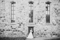 Hochzeitsfotos vor der Kirche bei Sommerhochzeit in Freyung, fotografiert von Martina Feicht, Hochzeitsfotografin