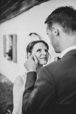 Braut und Bräutigam verliebt, bei Sommerhochzeit in Freyung, fotografiert von Martina Feicht, Hochzeitsfotografin