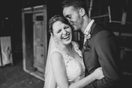 Hochzeitspaar in Schwarz Weiß bei Sommerhochzeit in Freyung, fotografiert von Martina Feicht, Hochzeitsfotografin