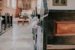 Blumenschmuck in der Kirche, bei Sommerhochzeit in Freyung, fotografiert von Martina Feicht, Hochzeitsfotografin