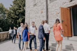 Gäste gehen in die Kirche, bei Sommerhochzeit in Freyung, fotografiert von Martina Feicht, Hochzeitsfotografin