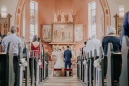 Blick in die Kirche, bei Sommerhochzeit in Freyung, fotografiert von Martina Feicht, Hochzeitsfotografin