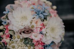 Brautstrauß in Rosa, Weiß und Hellblau, bei Hochzeit in Freyung, Sommerhochzeit fotografiert von Martina Feicht, für Hochzeiten in Niederbayern und Österreich