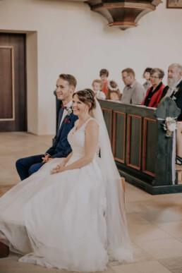 Braut und Bräutigam in der Kirche bei Sommerhochzeit in Freyung, fotografiert von Martina Feicht, Hochzeitsfotografin
