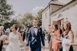 Braut und Bräutigam werden empfangen, bei Sommerhochzeit in Freyung, fotografiert von Martina Feicht, Hochzeitsfotografin